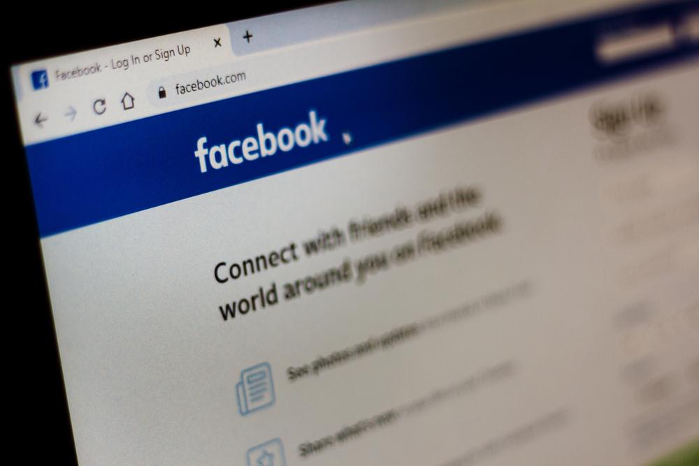 Cómo poner Facebook en modo oscuro