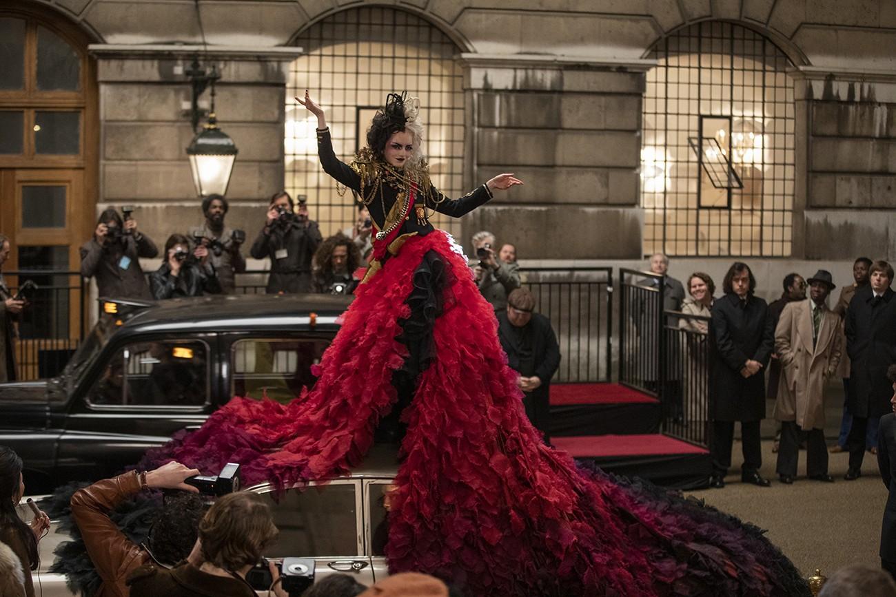 El diseño del vestuario de Cruella está a cargo de la dos veces ganadora del Oscar Jenny Beavan.