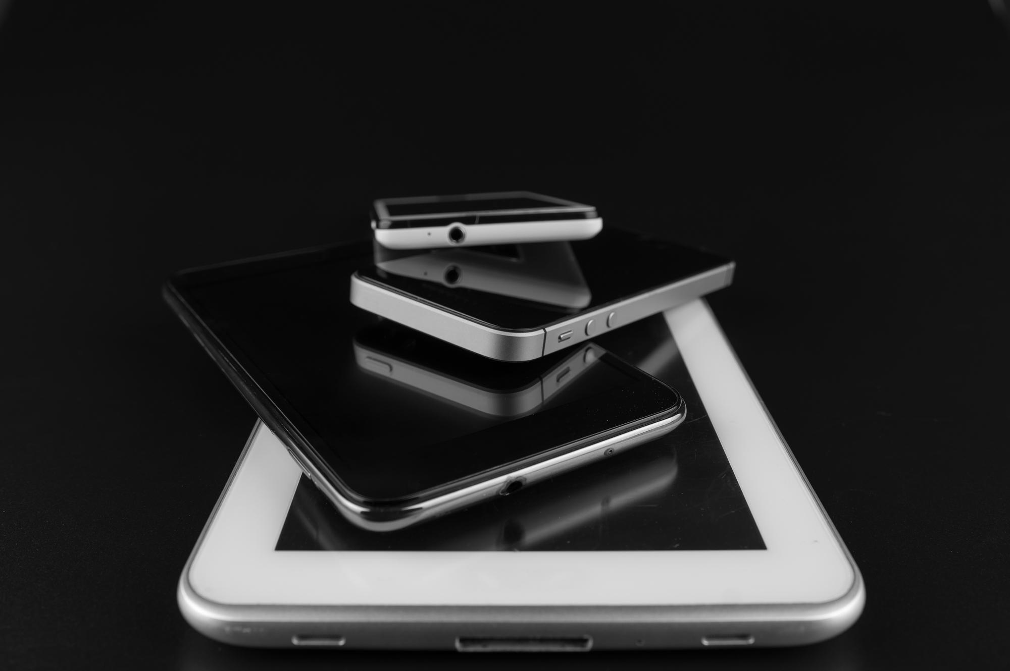 Primeros smartphones y tabletas que transformaron todo aún más pues se convirtieron en la principal fuente de navegación en Internet.