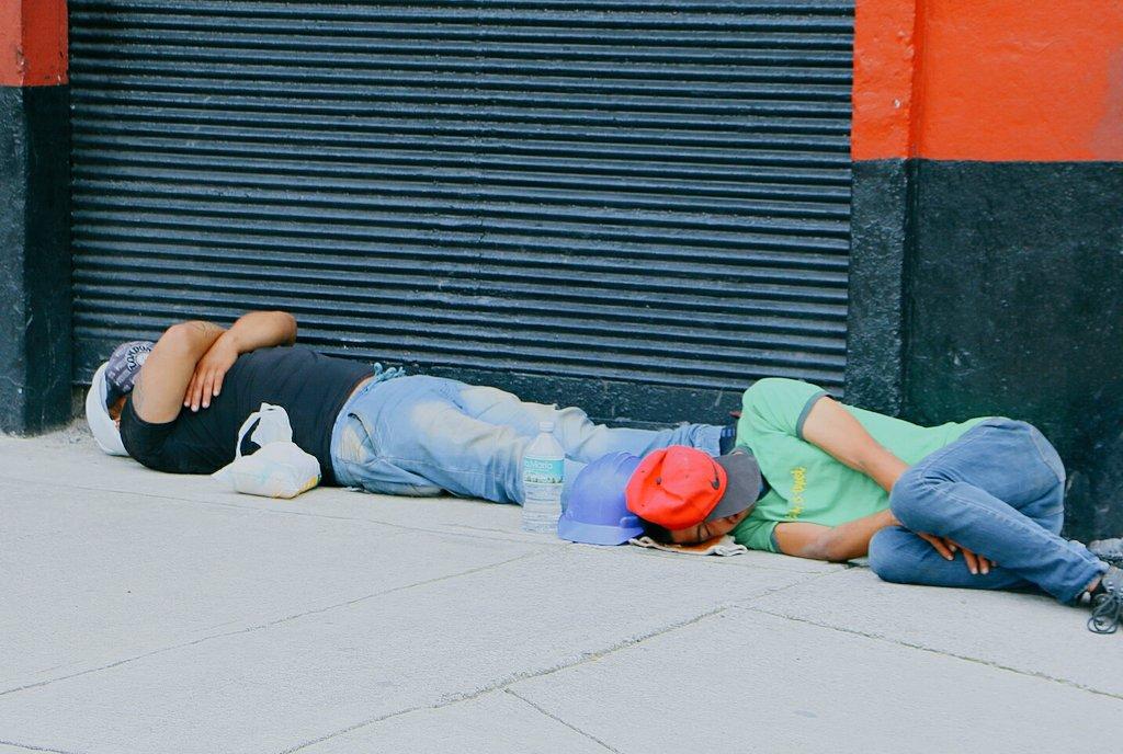 voluntarios dormidos en calle cdmx temblor