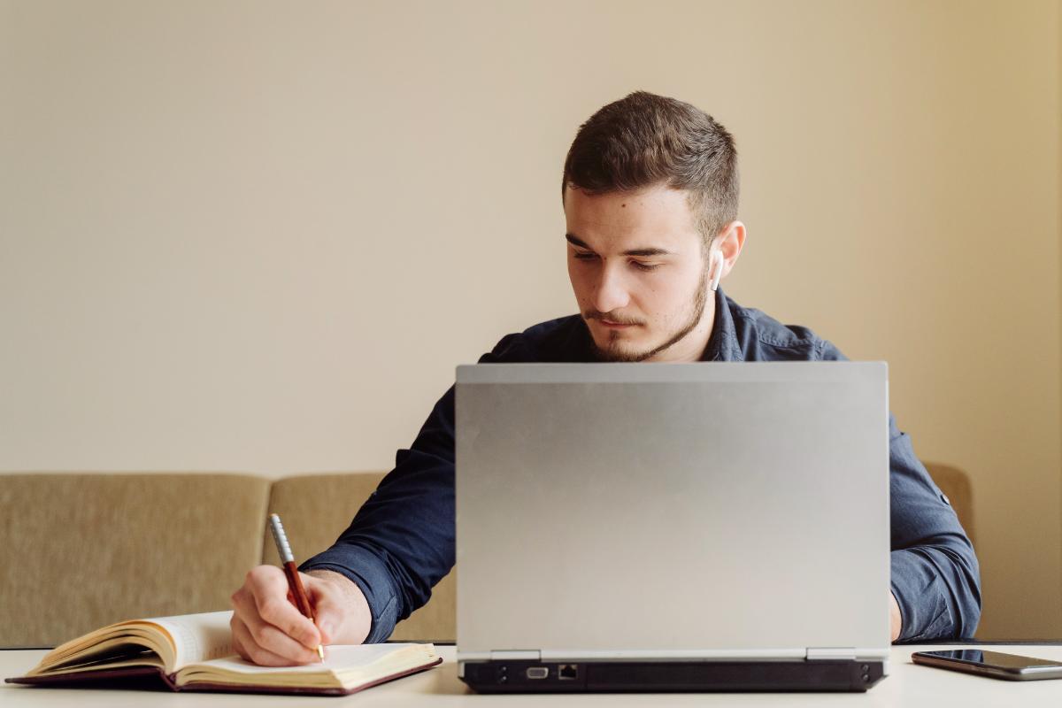 Investigar bien los programas y consultar con profesionales de la carrera que te interesa, puede hacerte cambiar de opinión entre una universidad y otra.