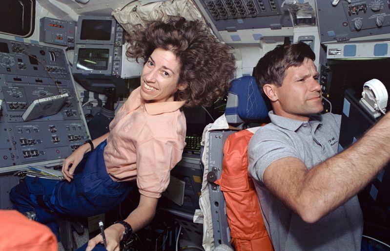 Ellen Ochoa y Donald R. McMonagle en el Transbordador Atlantis