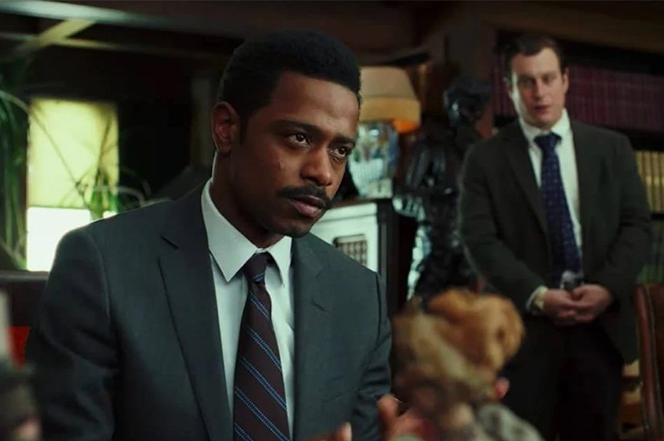 Lakeith Stanfield como Lieutenant Elliot en Entre Navajas y Secretos
