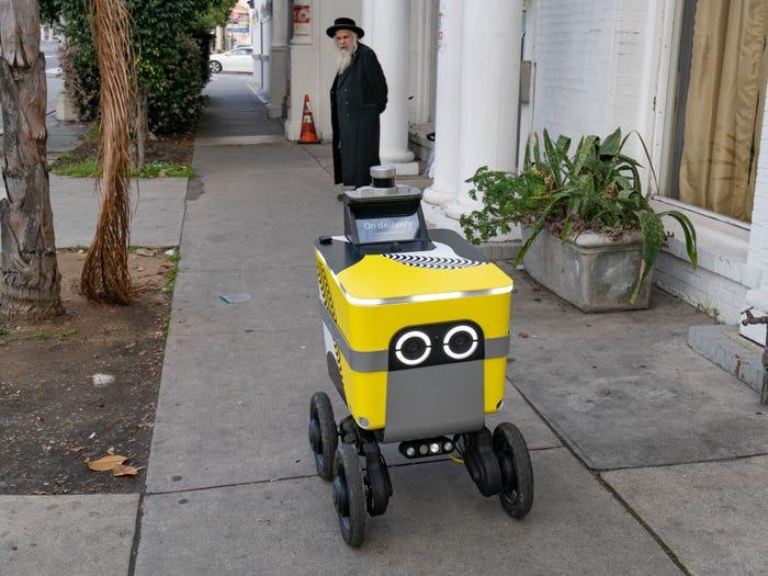 Robot que entrega comida en Los Ángeles, Estados Unidos.