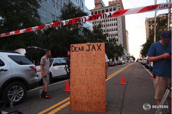 Hombre se manifiesta frente al edificio después de Tiroteo en Florida