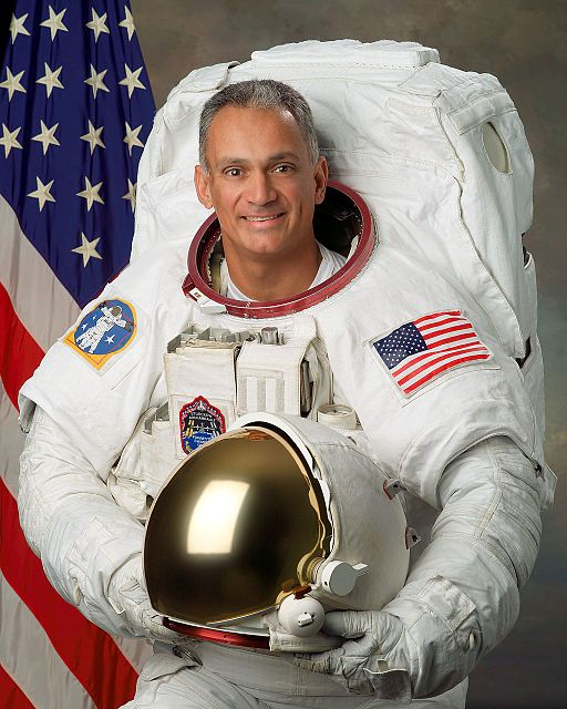 John D. Olivas en uniforme