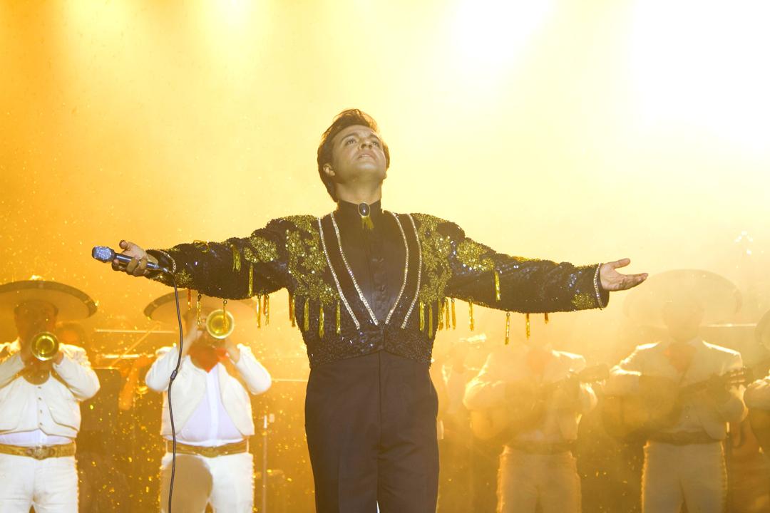 Julián Román interpretando a Juan Gabriel