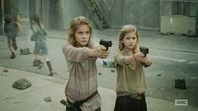 Lizzie y Mika defendiendo su hogar