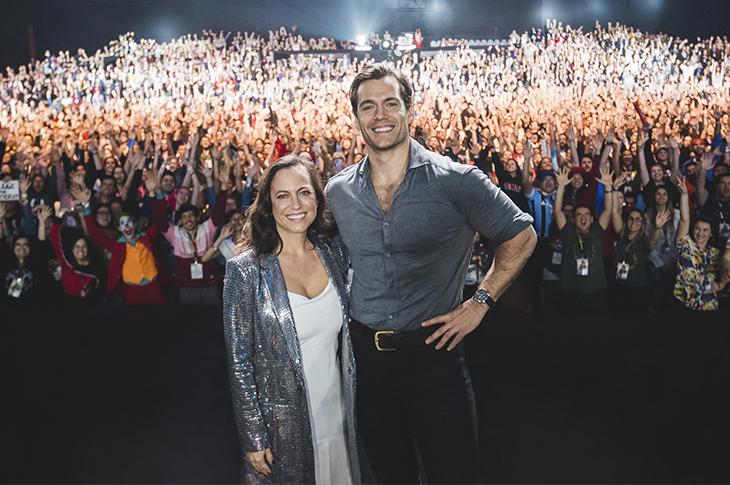 Henry Cavill de The Witcher y la showrunner Lauren Schmidt en Comic Con Brasil 2019