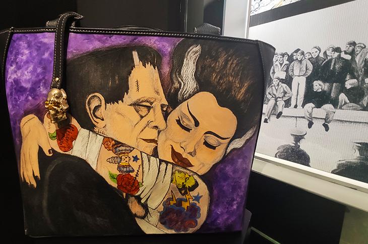Bolso de piel tatuado a mano con diseño de Frankenstein y su Novia - Prison Art