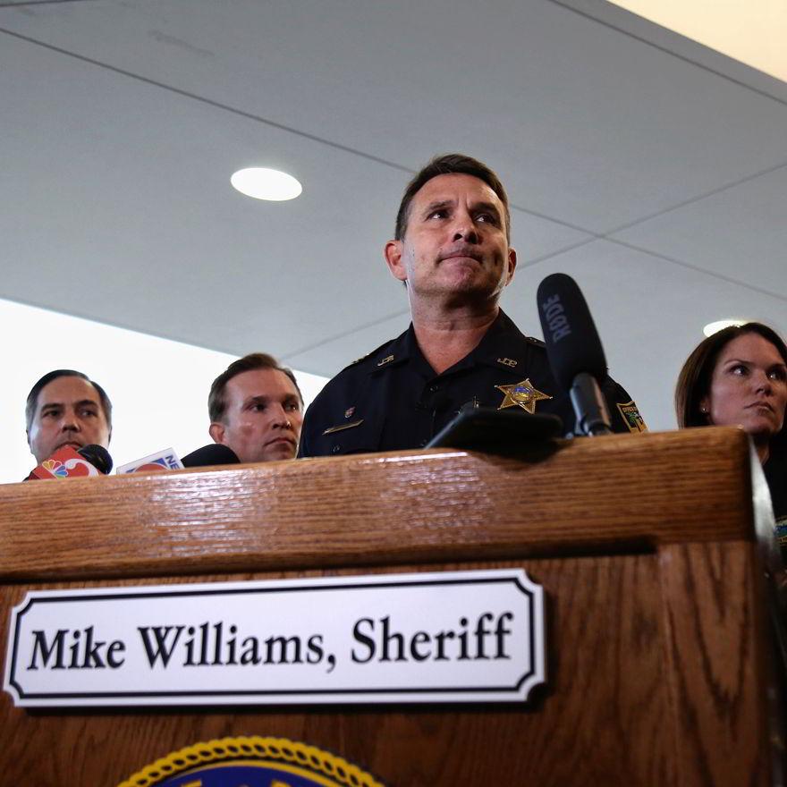 Sheriff Mike Williams dando conferencia de prensa después del tiroteo.