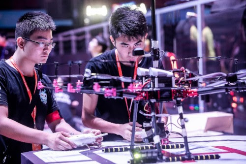 Jóvenes probando su robot antes de la competencia