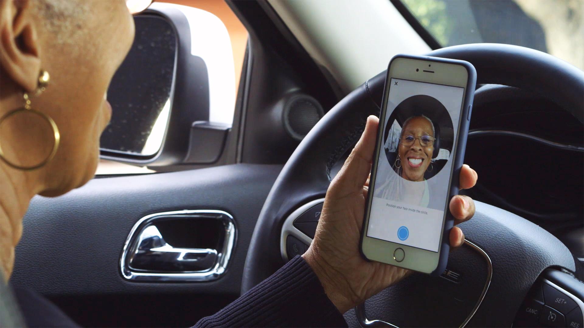 Uber usa tecnología que verifica el uso de cubrebocas en conductores.